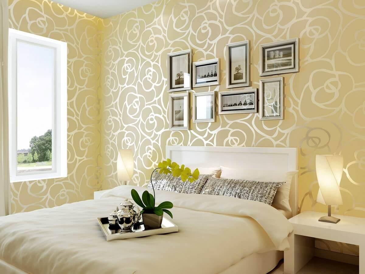 світлі шпалери в маленькій спальні