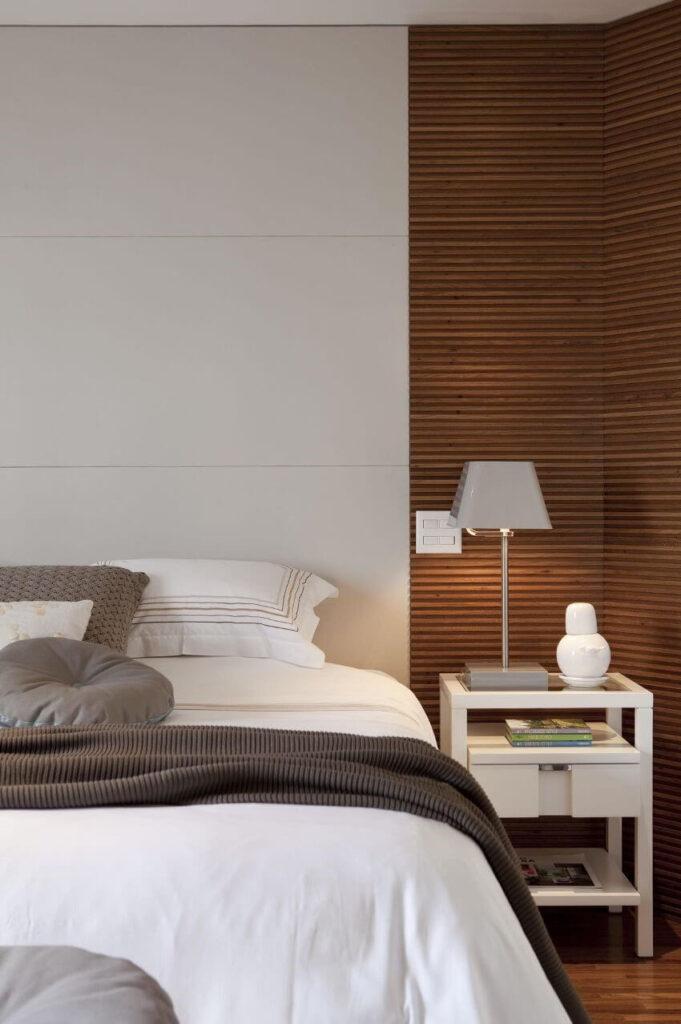 кавові бамбукові шпалери в спальні