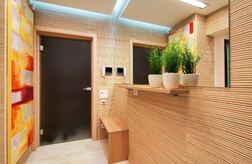 светлые бамбуковые обои в коридоре