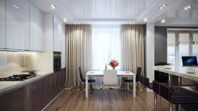 Атласные шторы в интерьере кухни