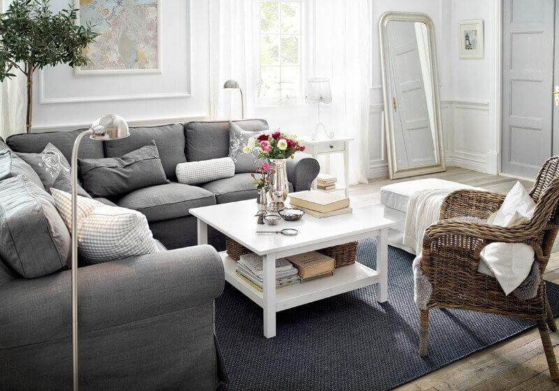 белый столик в интерьере гостиной