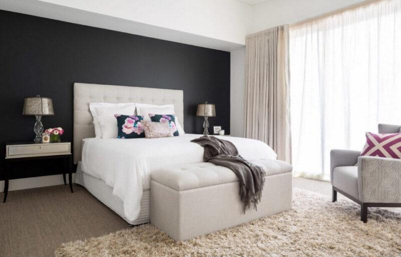 чорна стіна в спальні