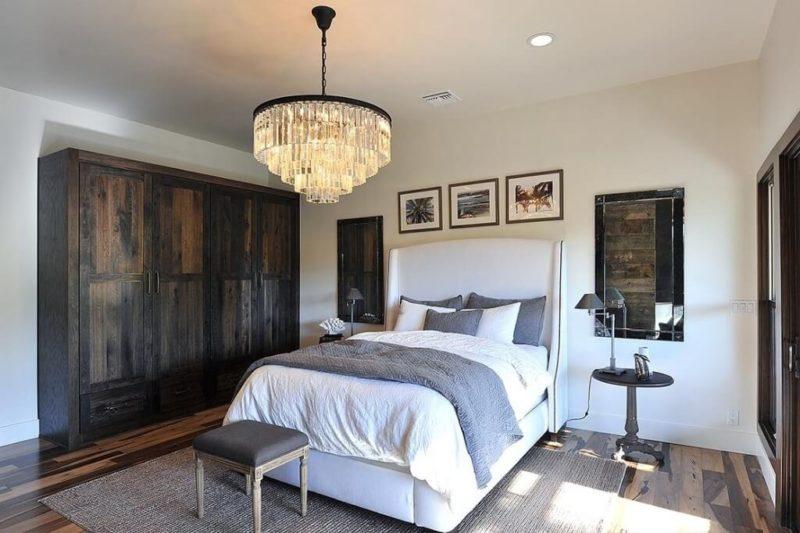 класична люстра в спальні