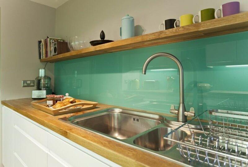фартук на кухне из стекла