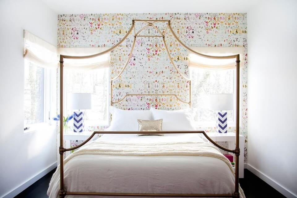 незвичайні візерунки над ліжком