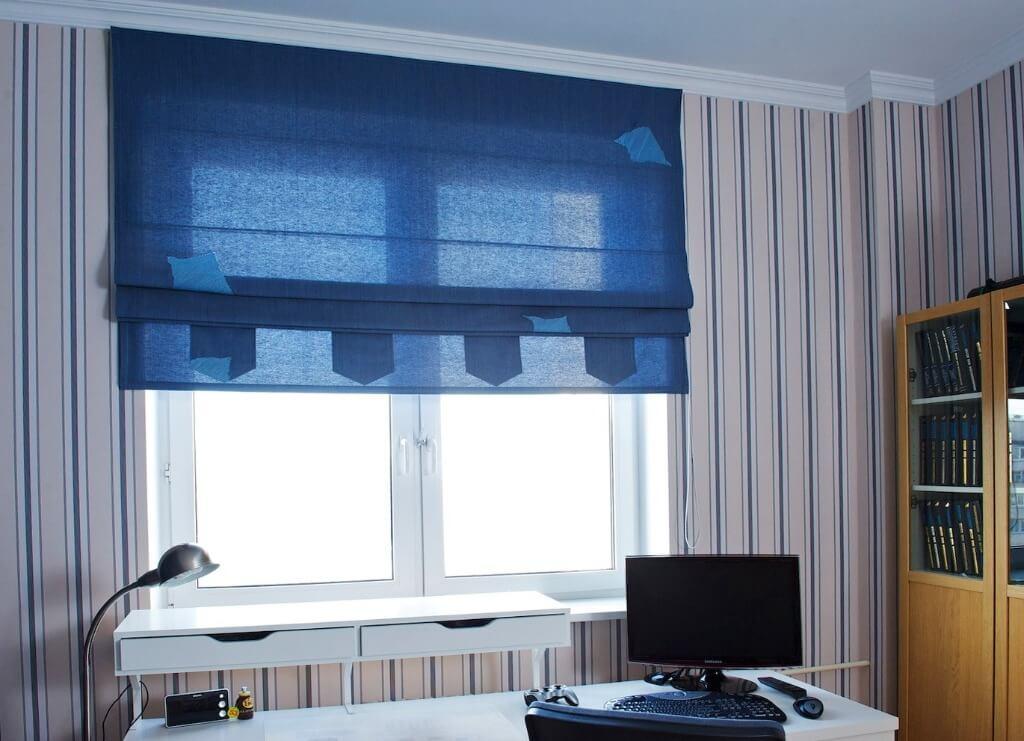 сині штори в дитячій