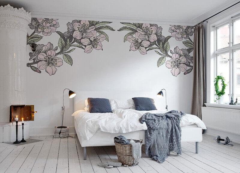 квіти на шпалерах у світлій спальні
