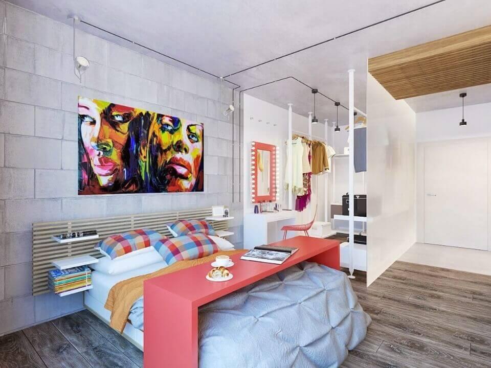 яскраві постери в спальні