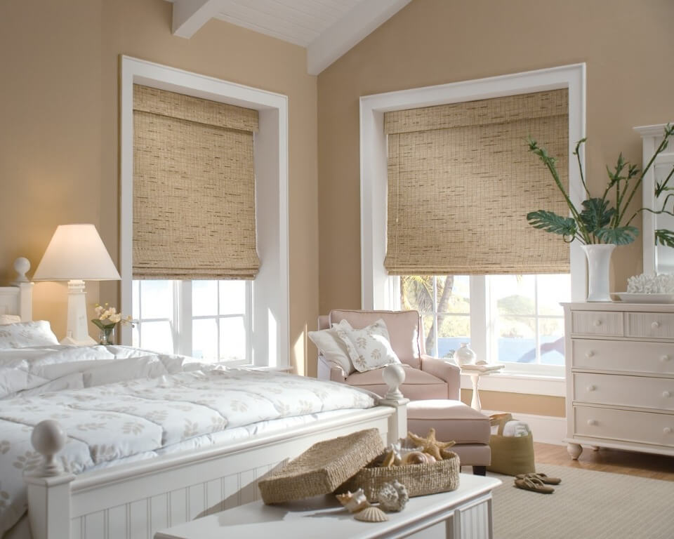 жалюзі на вікнах в спальні