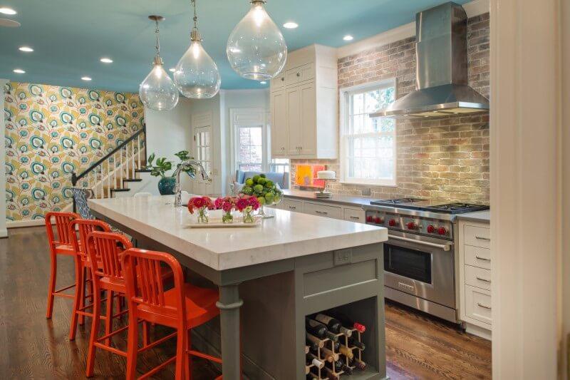 красные барные стулья в интерьере кухни