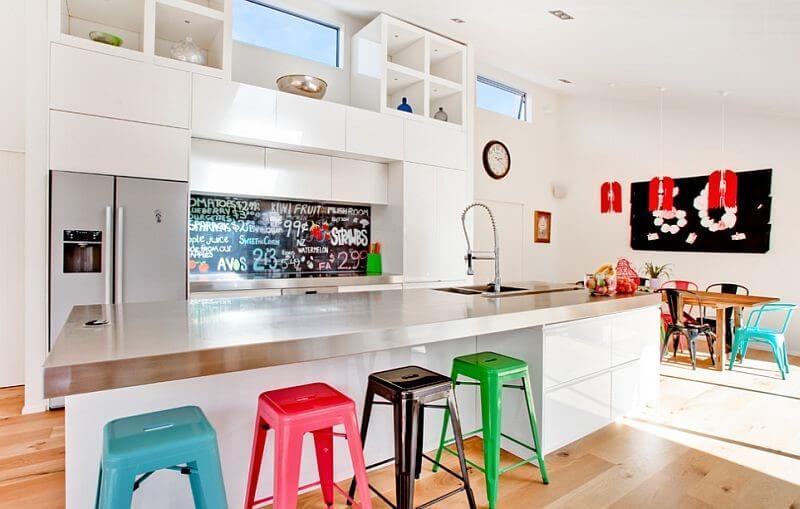 разноцветные барные стулья