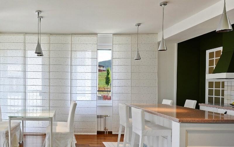 светлые японские шторы на кухне