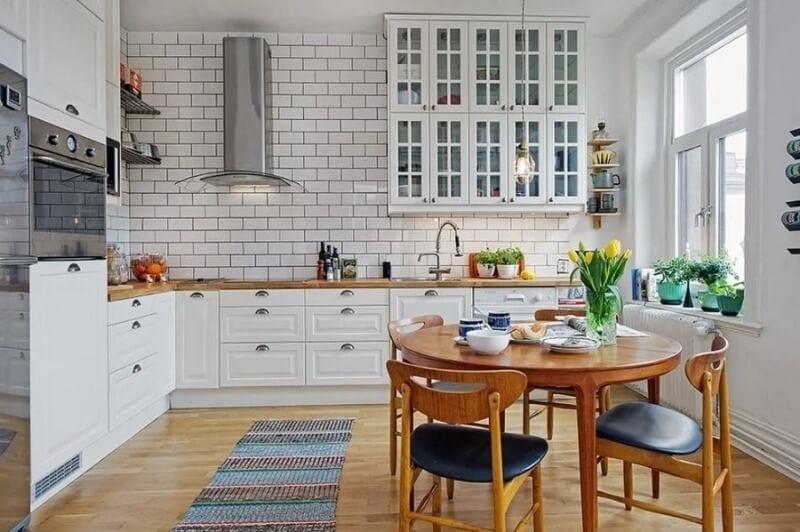 белая кирпичная стена на кухне в скандинавском стиле