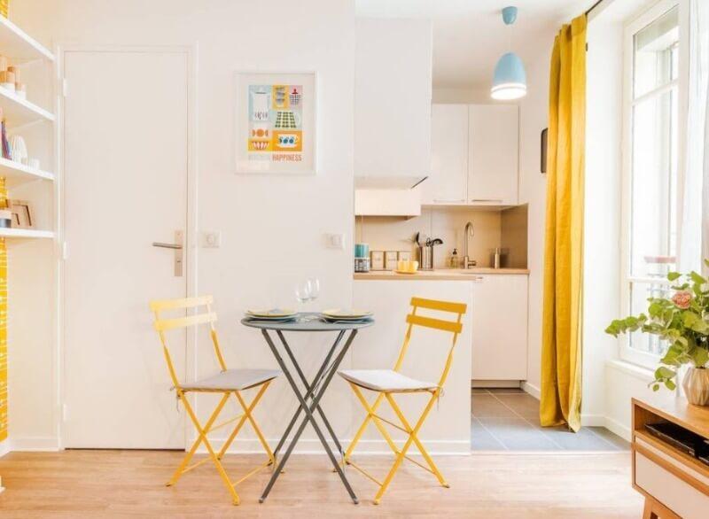 Яскравий стіл на кухні скандинавської