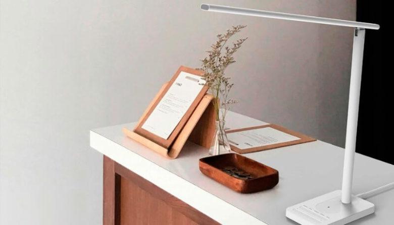 Настольная лампа с беспроводной зарядкой для телефона
