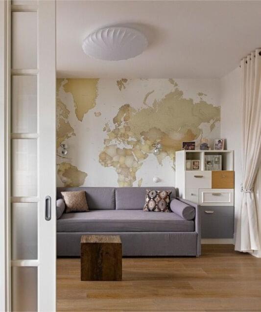 карта мира в комнате мальчика-школьника