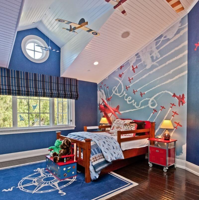 самолеты на стенах в комнате мальчика