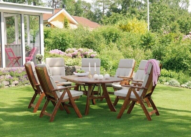 стол и стулья в саду