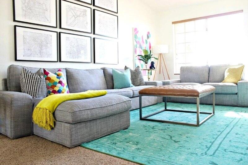 сірий диван в інтер'єрі