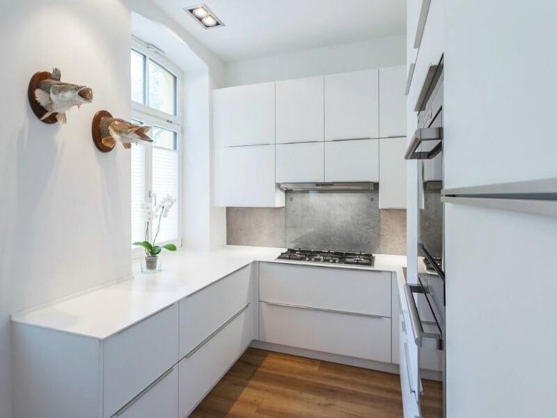 отделка потолка на маленькой кухне