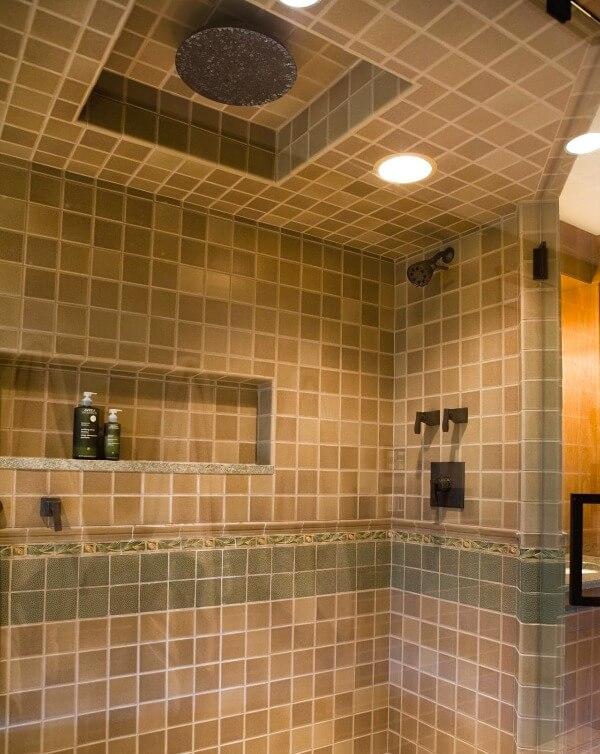 плитка на стелі у ванній