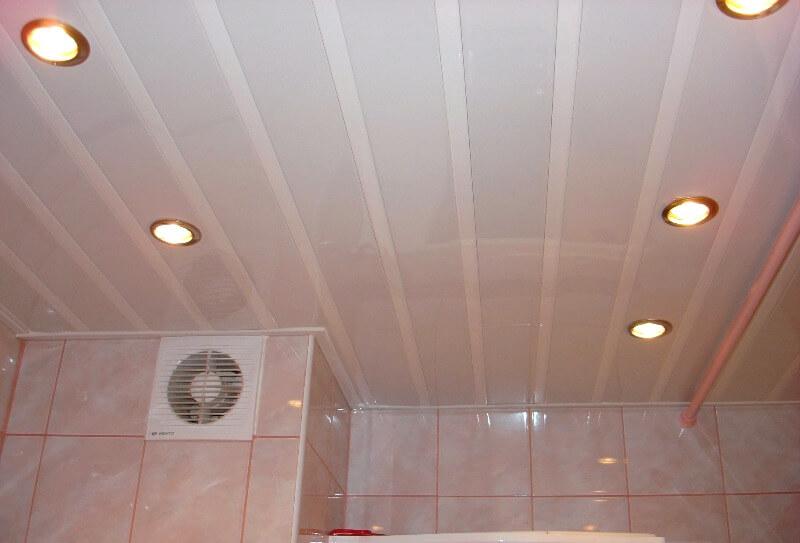 стеля з пластикових панелей у ванній