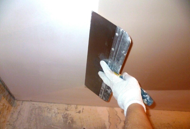 особенности шпаклевки потолка
