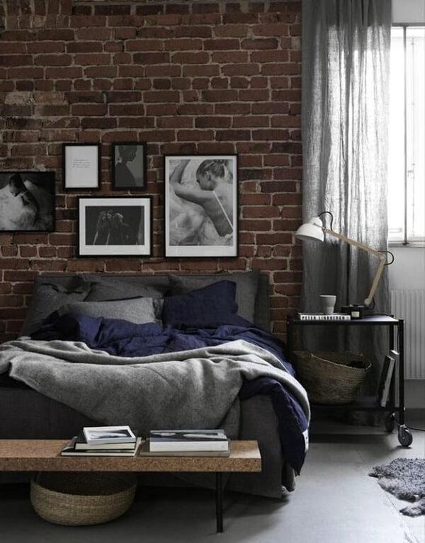арт фото на стене комнаты