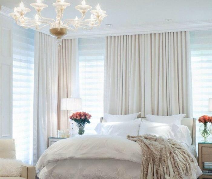 білі штори в інтер'єрі спальні