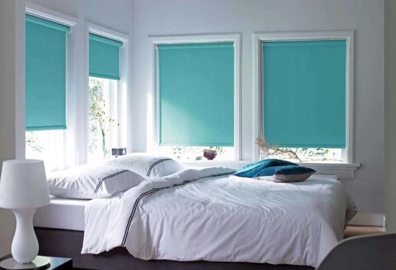 рулонные шторы на окнах в спальне