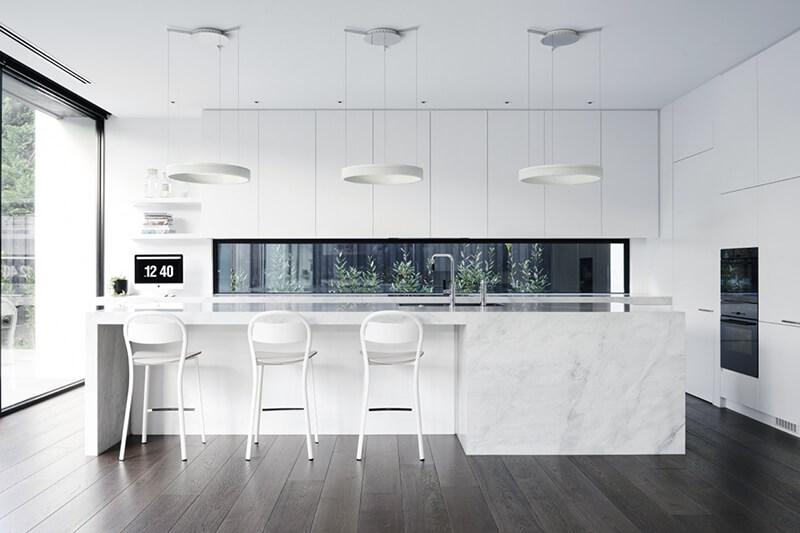 Белая кухня с минималистичным дизайном
