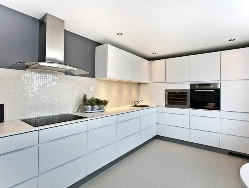 Интерьер белой кухни в современном стиле