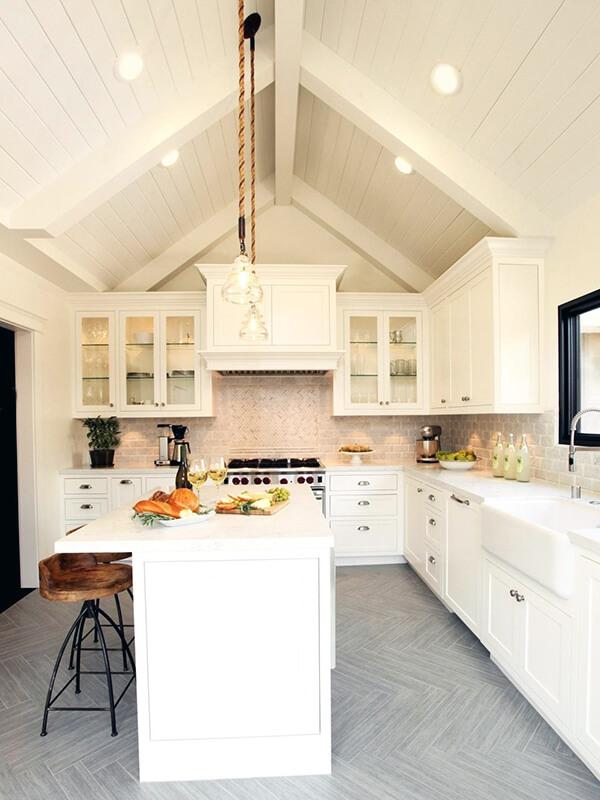 белая кухня с деревянными брусьями на потолке