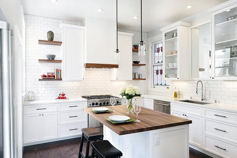 біла кухня з глянцевими фасадами