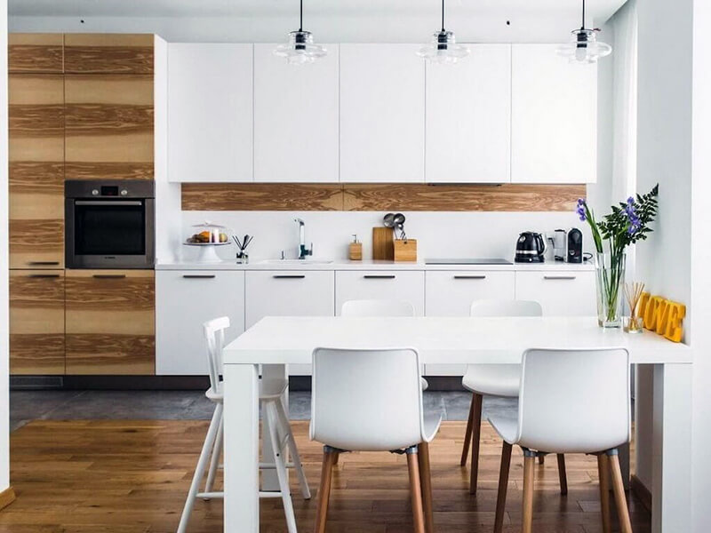 белая кухня с плиткой в рабочей зоне