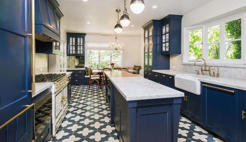 белая кухня с синими оттенками