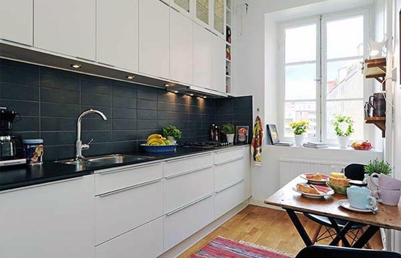 белая кухня с темной плиткой для фартука