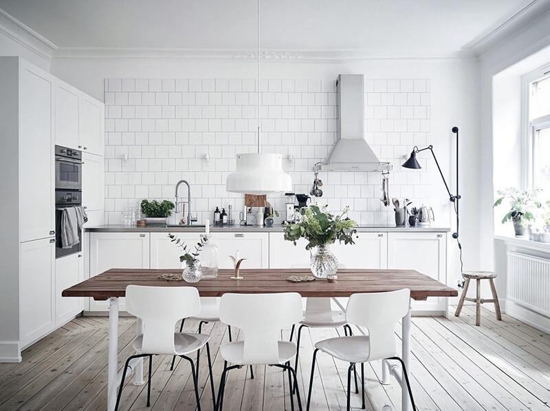 белая кухня со скандинавским дизайном