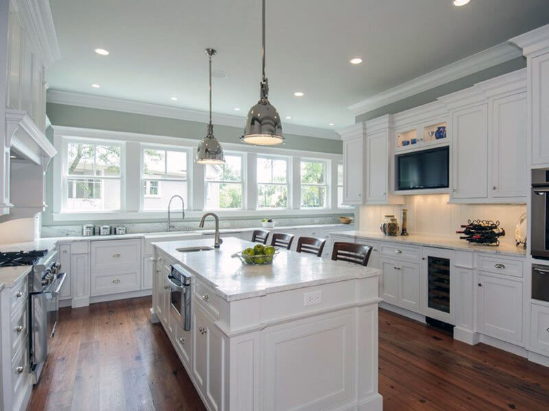 біла кухня зі світлою натяжною стелею