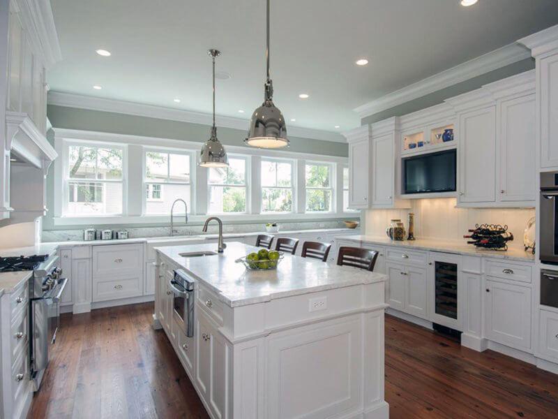 белая кухня со светлым натяжным потолком