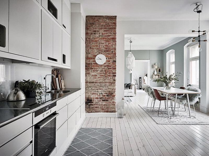 белая кухня со светлым полом