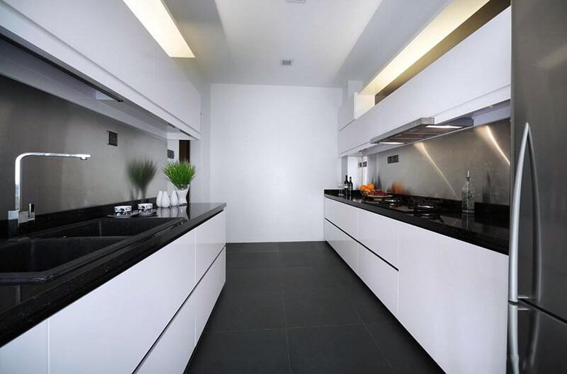 дизайн белой кухни с черным полом