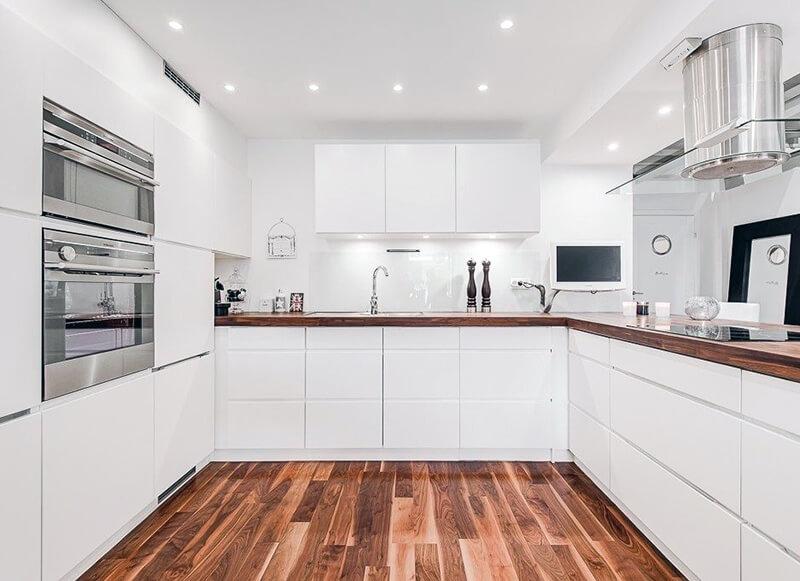 дизайн белой кухни с ламинатом на полу