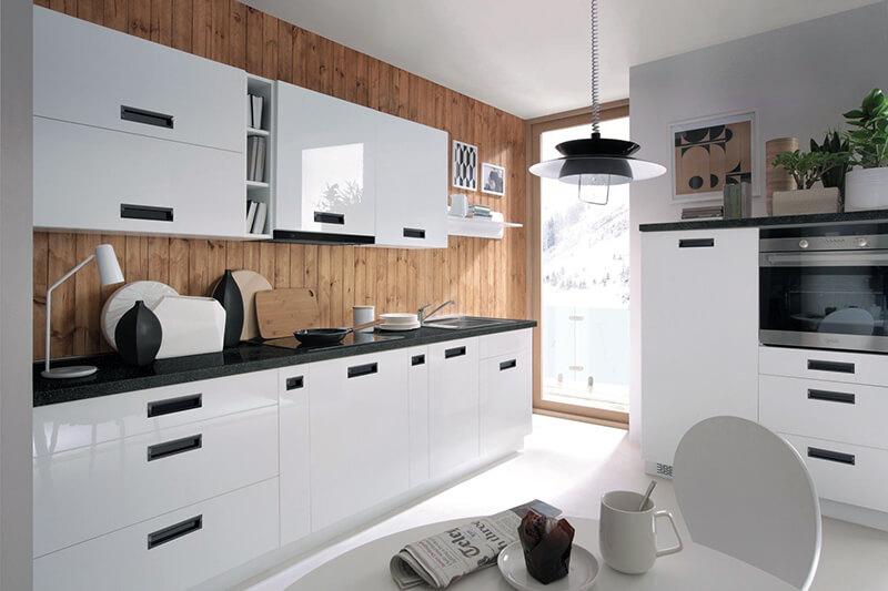 дизайн белой кухни с матовыми поверхностями