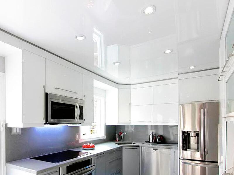 дизайн белой кухни с натяжным потолком