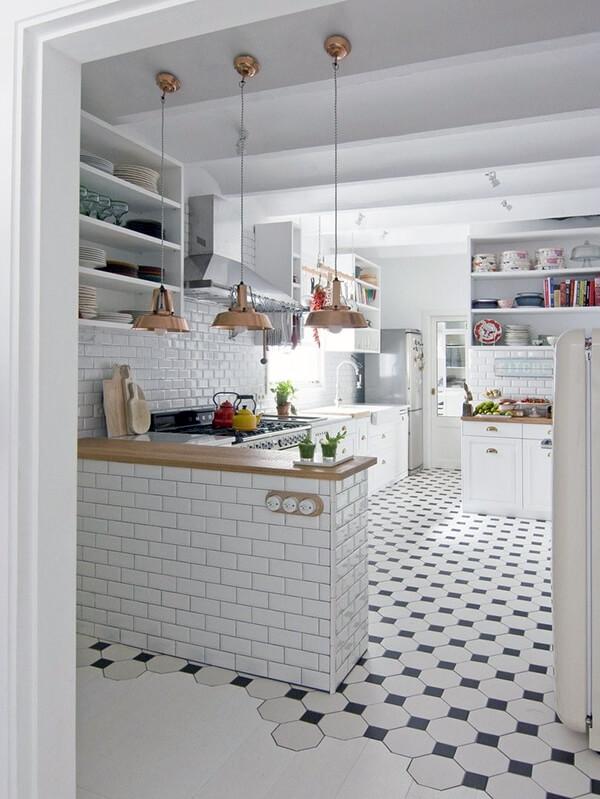 дизайн белой кухни с плиткой на полу