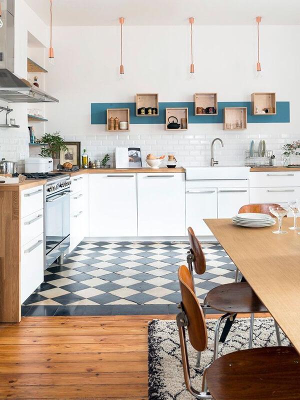 дизайн белой кухни с плиткой на рабочей зоне