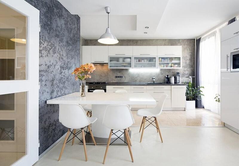 дизайн белой кухни с темными обоями