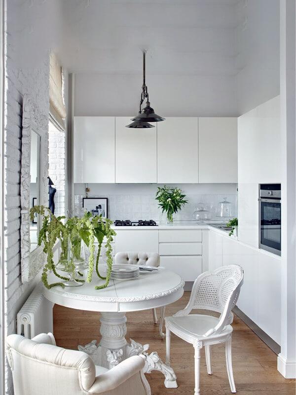 гармония белого цвета и дерева на кухне