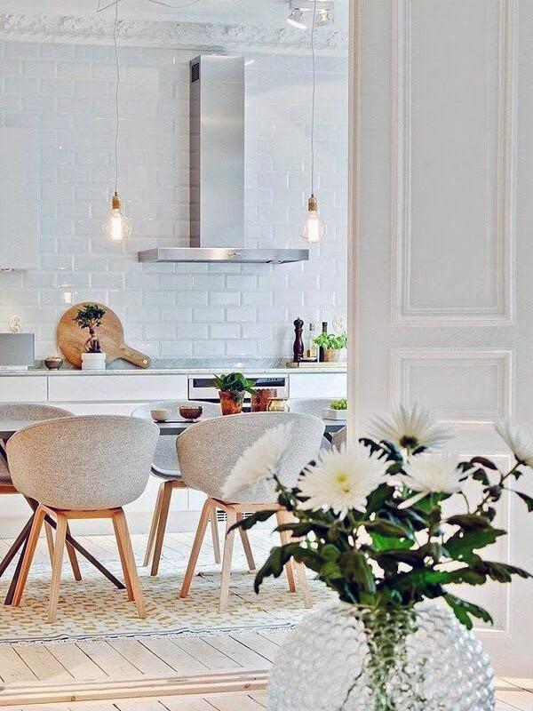 интерьер кухни с белым монохромом